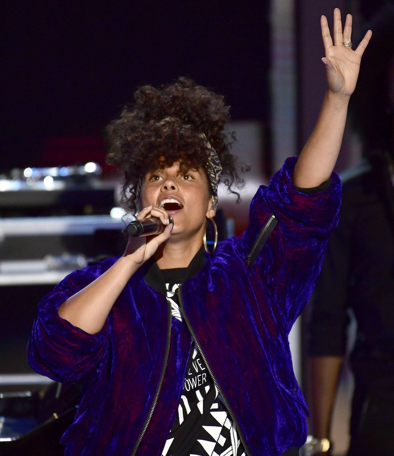 Alicia Keys often makes public appearances without wearing makeup and rocking her natural hair.