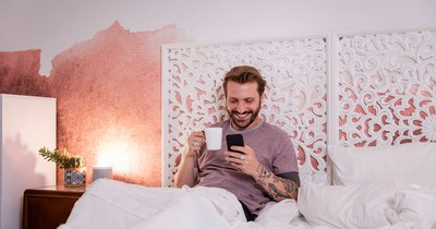 8 Things All Men do While Texting But Would Never Confess to Doing It