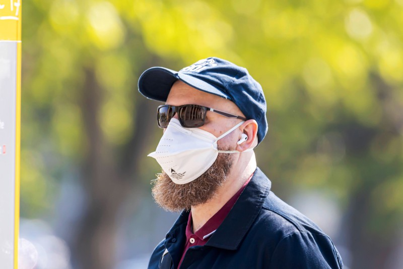 Some men have to get rid of their beards for wearing an FFP2 face mask.