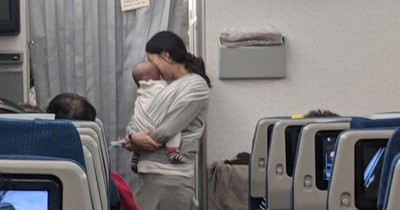 What a Kind Act: Mom of 4-Month-Old Baby Surprises Flight Passengers