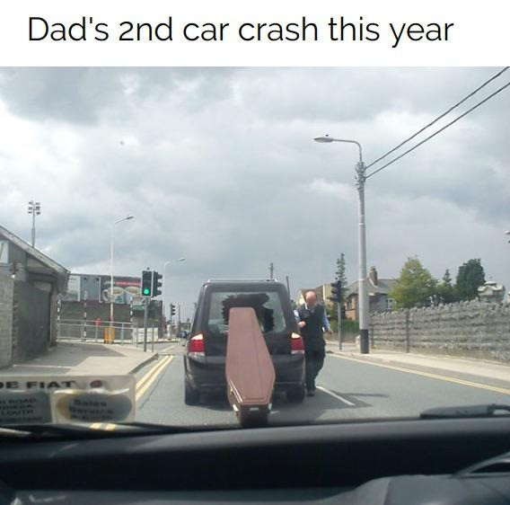 Ein Sarg wurde beim Halten aus der hinteren Scheibe des Autos katapultiert.