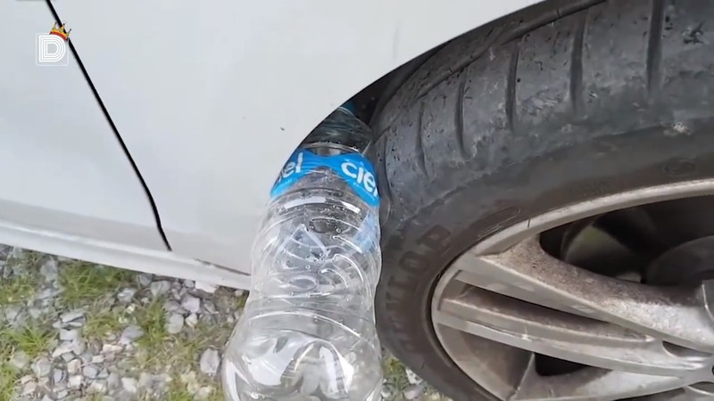 With a plastic bottle stuck in the wheel well, car thieves want to steal or take the car.